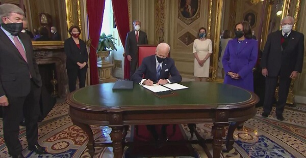 Biden signs executive order to extend student federal loan payments
