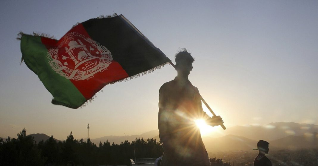 Afghanistan: Desperate attempts to leave besieged capital