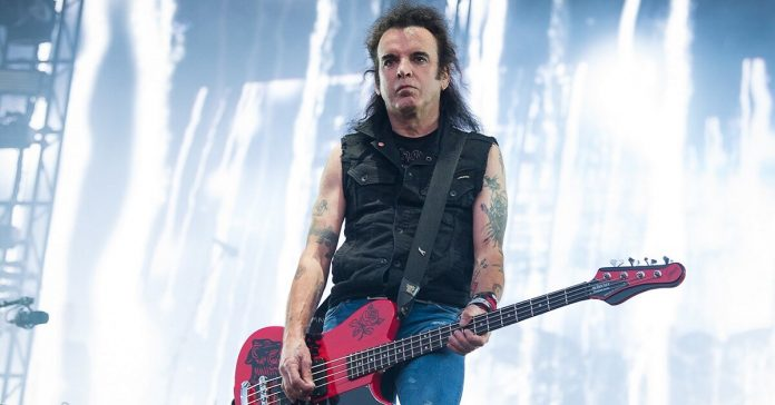 Simon Gallup leaves the band
